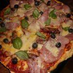 Pizza aux saucisses piquante, jambon,fromage