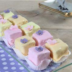 Petit fours zijn heerlijke kleine traktaties, die vaak worden geserveerd bij een high tea. Met dit recept kun je ook je eigen petit fours maken!