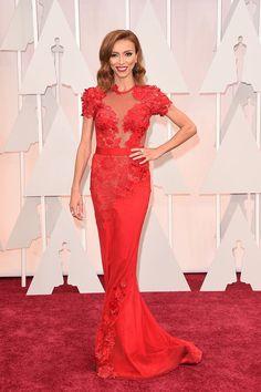 Giuliana RancicLa presentadora siempre es una de las primeras en llegar a la alfombra roja de la gala, ya que se encarga de conducir uno de los múltiples shows previos a la entrega de premios. En esta edición 2015 se ha decantado por un vestido rojo de seda y con apliques florales.