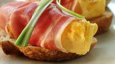 Eggerøre på bruschetta med spekeskinke Bruschetta, Food Inspiration, Tapas, Sandwiches, Brunch, Easy, Recipes, Norway, Drinks