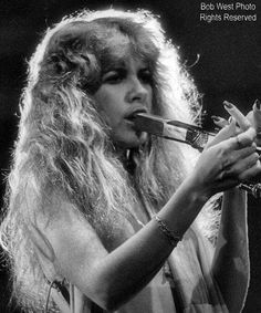 Stevie onstage ~ ☆♥❤♥☆ ~ the blonde bombshell, not long after she signed up with Fleetwood Mac and the band shot to super stardom; photo by Bob West Fleetwood Mac Live, Stevie Nicks Fleetwood Mac, Stevie Nicks Lindsey Buckingham, Buckingham Nicks, Rumours Album, Stephanie Lynn, Rock Queen, Look Vintage, Vintage Stuff