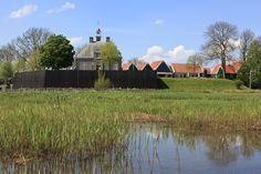 Schokland in Ens, Flevoland Tijdens Uit-jeTent kun je kamperen aan de voet van UNESCO Werelderfgoed Schokland (Flevo-landschap). Tijdens Uit-jeTent kun voordelig kamperen en zijn er heel veel activiteiten.