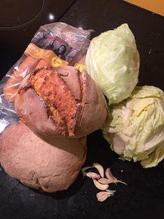 A Tasca do Rato: Alheira em cama de broa Portuguese Food, Portuguese Recipes, Catering, Cabbage, Vegetables, Kitchen, Meal Recipes, Delicious Recipes, Yummy Recipes