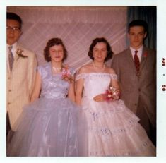 Glamorous Photos That Defined Prom Dresses Through the Years of the ~ vintage everyday Bad Bridesmaid Dresses, 50s Prom Dresses, 1950s Prom Dress, Fifties Fashion, Vintage Fashion, Fifties Style, Vintage Style, Vintage Prom, Vintage Dresses