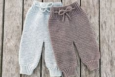Today's Pattern was designed by Luksusukrea (available only in Ducth), a cute baby pants that are simple and easy to make, so choose your fa. Pants Pattern Free, Crochet Baby Dress Free Pattern, Crochet Baby Pants, Knit Vest Pattern, Crochet Toddler, Quick Crochet, Crochet For Boys, Baby Knitting Patterns, Baby Patterns