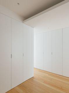 do mal o menos – Apartment in Coimbra Wardrobe Door Designs, Wardrobe Doors, Built In Wardrobe, Closet Designs, Bedroom Closet Design, Bedroom Decor, Apartment Interior, Home Decor Furniture, Minimalist Home