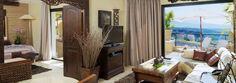 Los objetos decorativos más destacados son las artesanías, los jarrones, los muebles construidos en madera, teca, muchos elementos de bambú, algodón, telas rústicas, mucha paja que destacan la belleza del lugar y la exuberante vegetación.