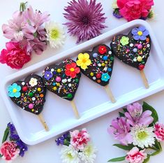 Cookies 'N' Cream Cheesecake Pops 🌺💜❤️💛💙🌺 Getting ready for Mother's Day 😍. Sprinkles and sugar flowers from . Amazing recipe by . Paletas Chocolate, Chocolate Pops, Chocolate Strawberries, Cheesecake Pops, Cookies And Cream Cheesecake, Cookie Pops, Magnum Paleta, Valentine Cake, Valentines