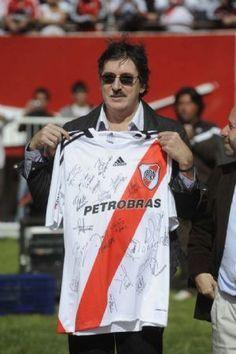 Charly García con una camiseta del River Plate