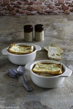You can make Applebees French Onion Soup at home with this easy copycat recipe. Step by Step instructions on how to recreate this soup.