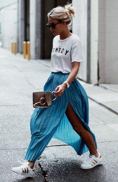 Uma t-shirt versátil: a tee já é um dos maiores básicos do mundo fashion, mas para o verão tenha sempre a mão aquela peça que funciona tanto com um shorts jeans quanto com uma saia longa e elegante. Look estiloso no ato!