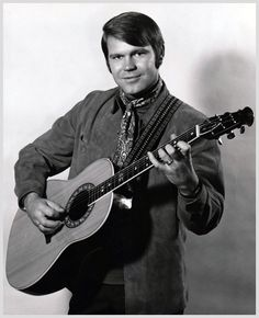 Glen Campbell plays his Ovation guitar Country Musicians, Country Music Artists, Country Singers, Country Music Videos, Country Music Stars, Glen Campbell, Music Images, Sound Of Music, Pop Music