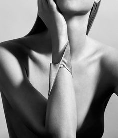 01. Lamellae Cuff_GEORG JENSEN_ZAHA_HADID_worn by model_photo by CHRISTIAN HOGSTEDT