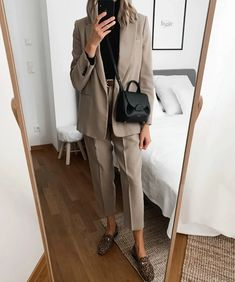 Today's look 🖤 As you probably noticed, I'm a huge fan of bags 🖤 I just love their aesthetic and minimal designs. Workwear Fashion, Fashion Mode, Fall Fashion Outfits, Office Fashion, Minimal Fashion, Work Fashion, Minimal Clothing, Petite Fashion, Curvy Fashion
