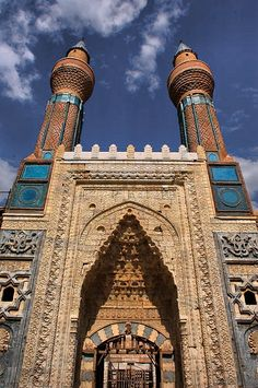 Sivas Gök Madrasah tiles – Gök Madrasah: It is in the city center. Islamic Architecture, Art And Architecture, Beautiful Mosques, Beautiful Places, Ankara, The Masterpiece, Place Of Worship, Belleza Natural, Islamic Art
