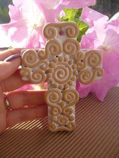 Croce in terracotta smaltata sul fondo, realizzata a mano con decori a colombino. Bomboniera