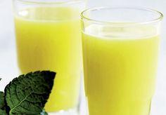 Ananas og ingefær i et shot smagt til med mynte - perfekt til at sætte gang i kroppens forbrænding.