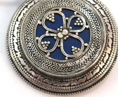 Medallón de metal y lapislázuli Kazako I - plateado y azul