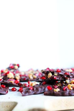 Chokoladebrud med granatæble og valnødder