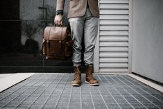 1000+ Interesting Leather Backpack Photos · Pexels · Free Stock Photos Latest Mens Fashion, Trendy Fashion, Fashion Trends, Men's Fashion, Fashion Videos, Fashion Styles, Retro Fashion, Winter Fashion, Look 2015