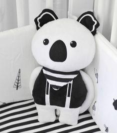 Detská bábika Koala #toTs #smarTrike je jedinečná textilná bábika pre deti, ktorá je vďaka vysokej kvalite vhodná už od narodenia. Detská bábika má rozmery 26*20 cm a dá sa jednoducho prať v práčke. Bábika je vyrobená zo 100 % polyestru. Bamboo, Snoopy, Babies, Black And White, Fictional Characters, Babys, Black N White, Black White, Baby