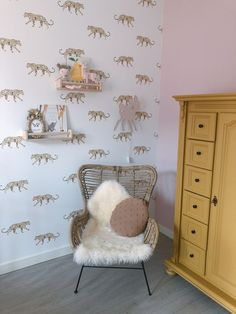 Met cheeta's/panters. Baby Bedroom, Girls Bedroom, Home Wall Decor, Nursery Decor, Ikea Bekvam, Baby Room Design, Nursery Design, Baby Kind, Little Girl Rooms