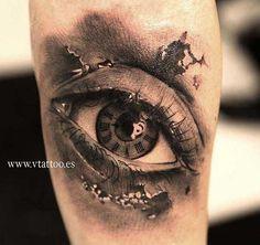 .  . Artist: Alex Torres Augen-Motive gehören zur Zeit zu den angesagtesten Tätowierungen der internationalen Szene. Meist werden diese Tattoos im Realistik-Stil gestochen und verlangen daher nach einem entsprechenden Spezialisten. Augen können eigentlich auf jede gewünschte Körperstelle tätow… Buho Tattoo, V Tattoo, Home Tattoo, Tatoo Art, Color Tattoo, Foot Tattoos, Body Art Tattoos, New Tattoos, Tattoos For Guys