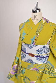 ハーブのようなニュアンス感のあるイエローグリーンに紫美しい薔薇のような花模様が染め出された注染レトロ浴衣です。