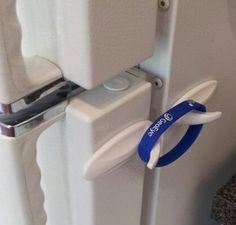 Easy fridge lock for toddlers Baby Safety, Child Safety, Kids And Parenting, Parenting Hacks, Diy Lock, Toddler Proofing, Baby Proofing Ideas, Baby Life Hacks, Diy Baby
