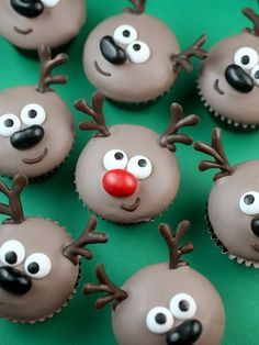 All your guests will shout with glee when they see these too-cute cupcakes on the dessert table. Click through for these a-deer-able cupcakes and for more delicious and delightful Christmas treats. Mini Cupcakes, Reindeer Cupcakes, Holiday Cupcakes, Holiday Treats, Holiday Desserts, Christmas Cupcake Cake, Mini Christmas Cakes, Christmas Cupcakes Decoration, Thanksgiving Cupcakes