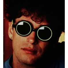 Gustavo Cerati Fuente: Sodamaniatica.tumblr.com Round Sunglasses, Mens Sunglasses, Soda Stereo, Film Music Books, My Life, Tumblr, Rock, Style, Photography Editing