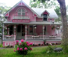 I want to be the crazy old lady that lives in the pink house! Especially if it was this house!