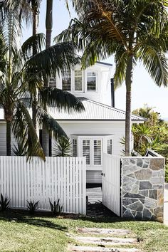 An updated beach retreat fit for family living A relaxed, beachy beauty runs right through this freshly extended home on Sydney's Northern Beaches. Home Design, Design Ideas, Houses Architecture, Futuristic Architecture, Residential Architecture, White Exterior Houses, White Exterior Paint, Weatherboard House, Queenslander