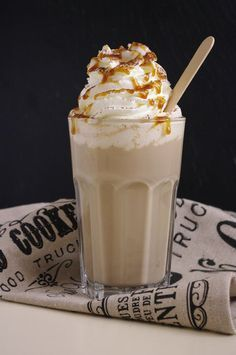 You don't have to give up on your favorite Starbucks drinks while you are on the keto diet. Use our 8 tips to stay in ketosis after ordering Starbucks.Informations About Keto Starbucks Hacks To Make Your Drink Low Carb Tips] PinYou can easily use Starbucks Caramel, Starbucks Recipes, Coffee Recipes, Smoothies, Smoothie Recipes, Köstliche Desserts, Dessert Recipes, Yummy Drinks, Yummy Food