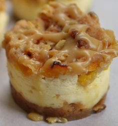 🌟❤️🌟MINI PEACH CARAMEL CRUMB CHEESECAKES🌟❤️🌟 These are small, sweet and delectable. The perfect little treat!! RECIPE HERE~~~>>>