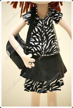 Fofucha personalizada con vestido de cebra pintado a mano, con su bolso, sus zapatos de tacón y pelo recogido en una coleta.  Todas mis muñecas están registradas y está prohibida su copia.  www.xeitosas.com