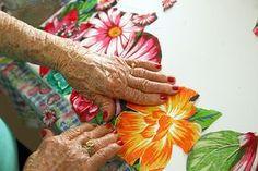 Therezinha Brandolim, 86, alfabetizada aos 82 anos e que hoje faz obras com chita (tecido simples de algodão)