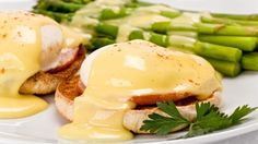 Breakfast : Close up of two poached eggs, and canadian bacon, on an english muffin topped with hollandaise sauce with green asparagus on the side on white plate. Easy Hollandaise Sauce, Easy Eggs Benedict, Canadian Bacon, Gordon Ramsey, How To Cook Eggs, Food Safety, Poached Eggs, Brunch, Easy Meals