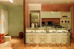Cozinha Americana om bancada de vidro e pastilhas vermelhas, feita para um Loft, projeto de Rosely Pardini Gallo Rech
