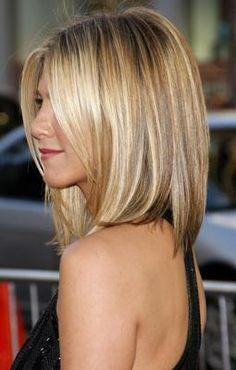 Honey blonde highlight: Beautiful and simple medium length bob hair cut is enough to make a stunning look with this honey blonde highlighted hair color. A bob hair cut doesn't