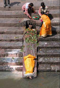 bij de dood word het graf mooi versierd met bloemen. later komen er nog mensen bidden