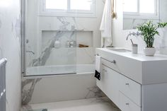 La elección de un novedoso revestimiento redujo drásticamente los tiempos de obra y convirtió un baño común y corriente en un luminoso ejemplo de estilo