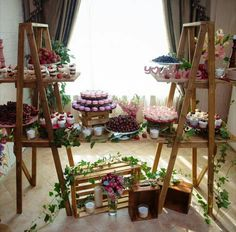 Another simple setup with elegance ✨🎀✨ Rustic Flower Arrangements, Rustic Flowers, Mesas De Snack Ideas, Rustic Wedding Desserts, Ladder Wedding, Black And White Wedding Theme, Cake Table Birthday, Picnic Theme, Desert Table