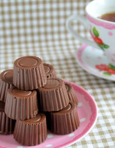 How to: Praline bonbons maken - Laura's Bakery Chocolate Delight, Chocolate Sweets, Melting Chocolate, Delicious Cake Recipes, Yummy Cakes, Yummy Treats, How To Make Chocolate, Homemade Chocolate, Candy Recipes