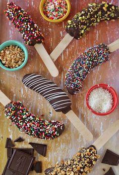 #Ideas #DIY para organizar el #cumpleaños de tu hijo - Plátano con #chocolate y toppings