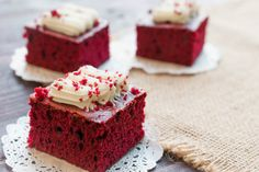 Make this red velvet snack cake without frosting for a delicious snack or frost it with cream cheese frosting or whipped cream for a decadent dessert. Red Velvet Brownies, Red Velvet Cake, Mini Cheesecake, Red Velvet Cheesecake, Cheesecake Brownies, Food Cakes, Bolo Red Velvet Receita, Wine Recipes, Dessert Recipes