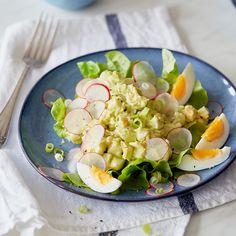 Eiersalat geht nicht zwangsläufig mit fettiger Mayonnaise einher - ebenso lecker und fluffig: Joghurtdressing mit Avocado, dazu etwas Salat mit Radieschen.