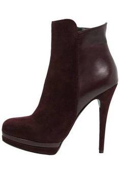 Mai Piu Senza Botines Bordeaux Dentro De Nuestra Sección De Botines Dentro de nuestra sección de botines con tacón tienes todo el calzado que una mujer necesita para pasar una temporada de otoño-invierno de lo más femenina.