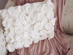Capa de almofada com flores de feltro