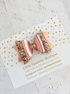 Rose gold glitter bow rose gold hair bow baby hair bow Gold Hair Bow, Rose Gold Hair, Rose Gold Glitter, Baby Hair Bows, Baby Headbands, Do It Yourself Inspiration, Diy Accessoires, Hair Bow Tutorial, Bow Earrings
